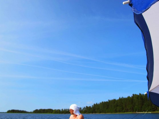 relaxing-family-fishing-on-puruvesi-lake-in-finland-1