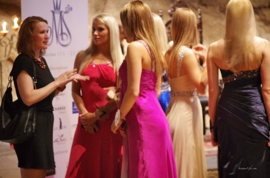 Miss Finland candidates chatting in holiday village Jarvisydan