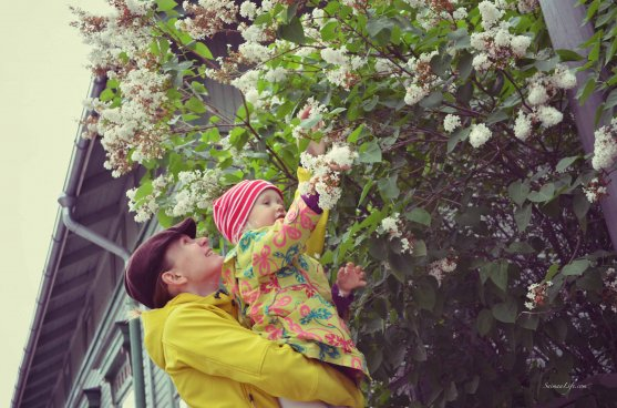 mother-and-daughter-playing-with-flowers-6