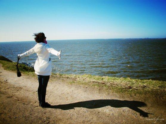 saimaalife-woman-by-ocean