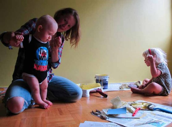 family-painting-children-room-with-yellow-2
