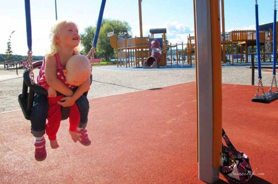 daughters-swinging-together-1