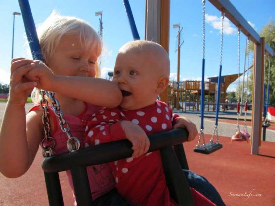 daughters-swinging-together-2