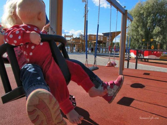 daughters-swinging-together-3