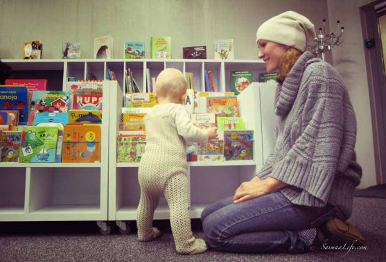 family-visiting-library-3