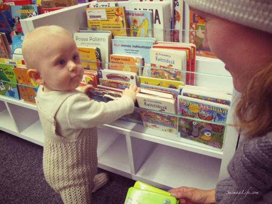 family-visiting-library-4