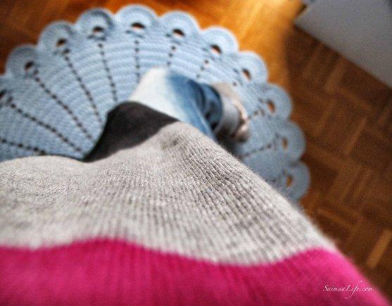 woman-shirt-jeans