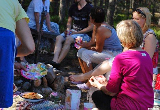 birthday-guests-having-coffee-on-island