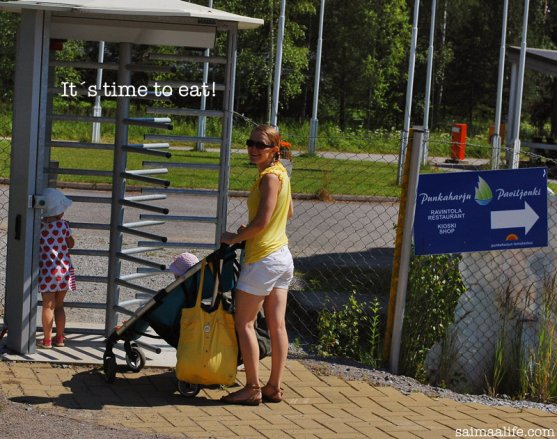 mom-and-daughters-walking-to-punkaharjun-paviljonki