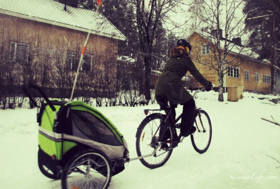 mother-riding-bicycle-with-children-in-winter