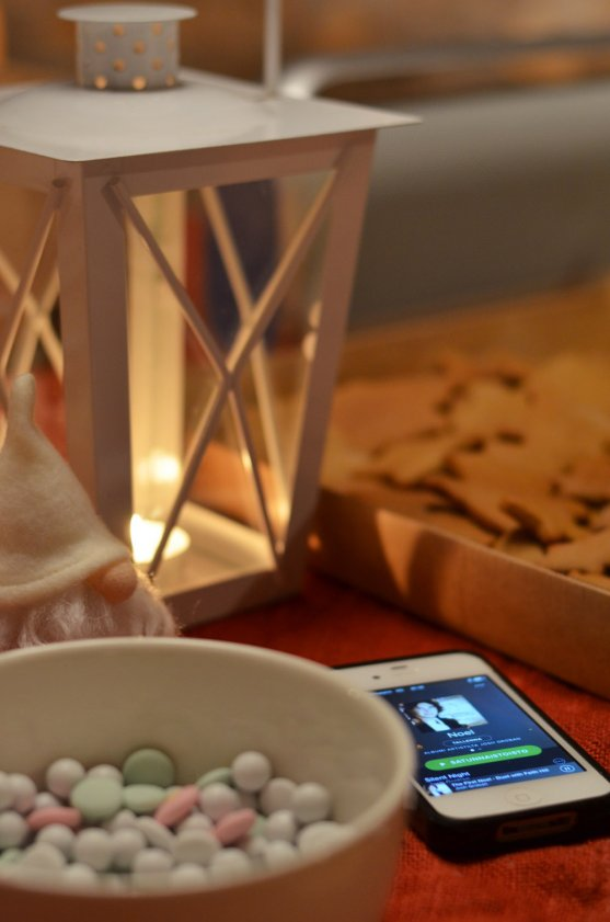candle-light-christmas-music-and-gingerbread