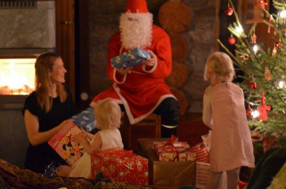 santa-claus-visiting-family
