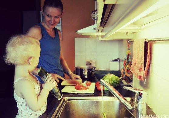 mom-multitasking-in-kitchen