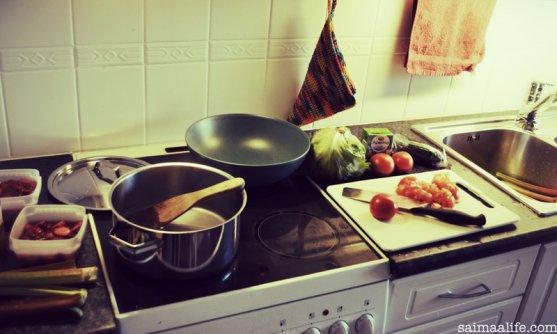 working-mom-multitasking-in-kitchen