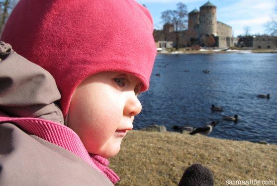 child-watching-ducks-close-to-olavinlinna-castle