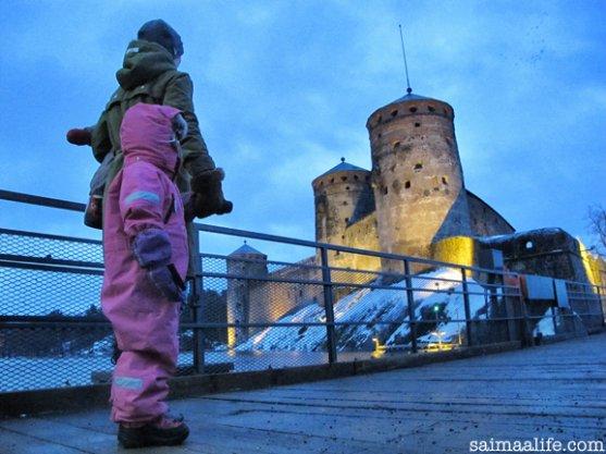 family-visiting-olavinlinna-castle-in-finland-1