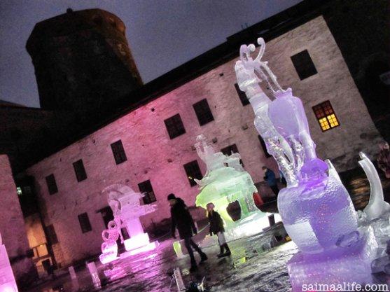 family-visiting-olavinlinna-castle-in-savonlinna