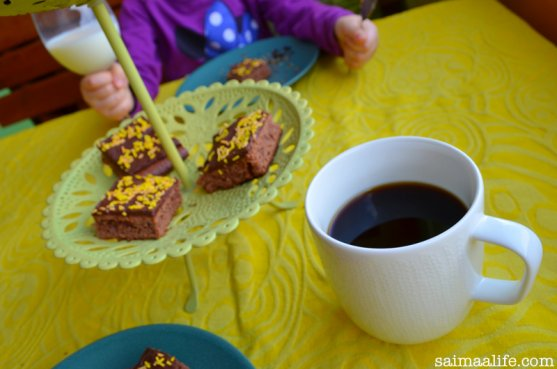 mom-and-daughter-eating-chocolate-brownies-6