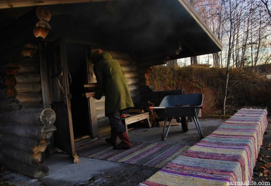 mother-heating-smoke-sauna