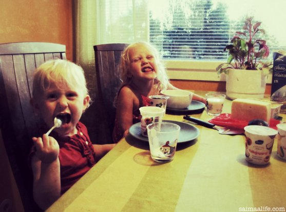 children-eating-evening-snack-at-home
