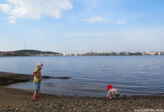 children-playing-on-beach-in-savonlinna