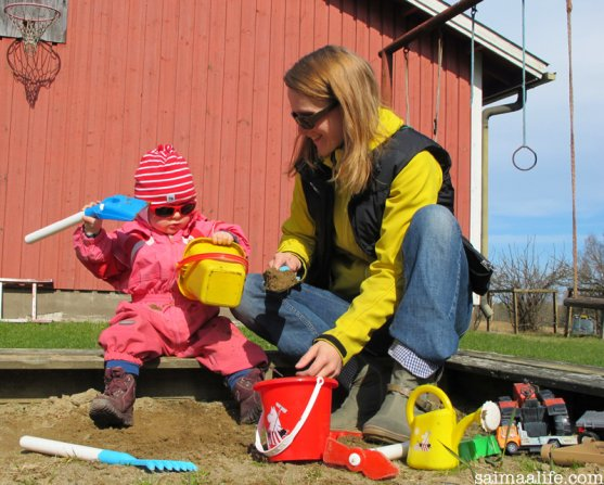 mom-and-daughter-playing-on-sandbox-in-spring