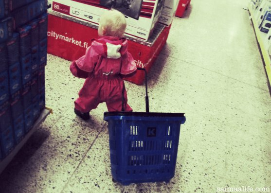 small-child-in-grocery-store