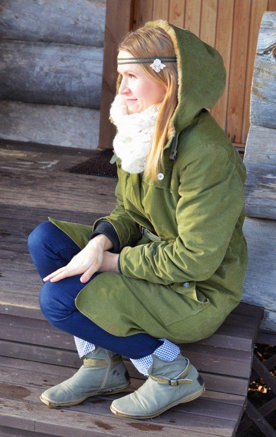 globe-hope-winter-jacket-and-shoes-sustainably-chic-chain-headband