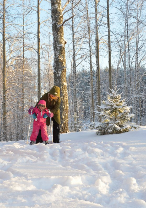 child-learning-cross-country-skiing