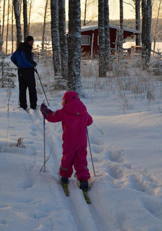 father-teaching-child-to-ski