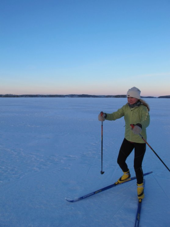 woman-cross-country-skiing-on-the-lake-puruvesi