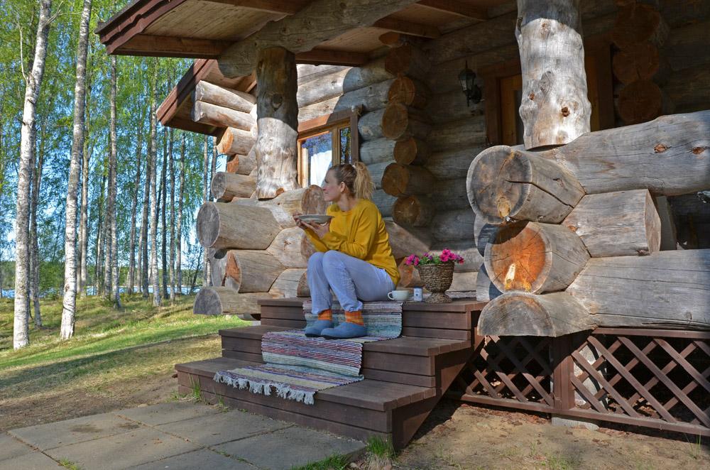 woman-eating-breakfast-outdoors