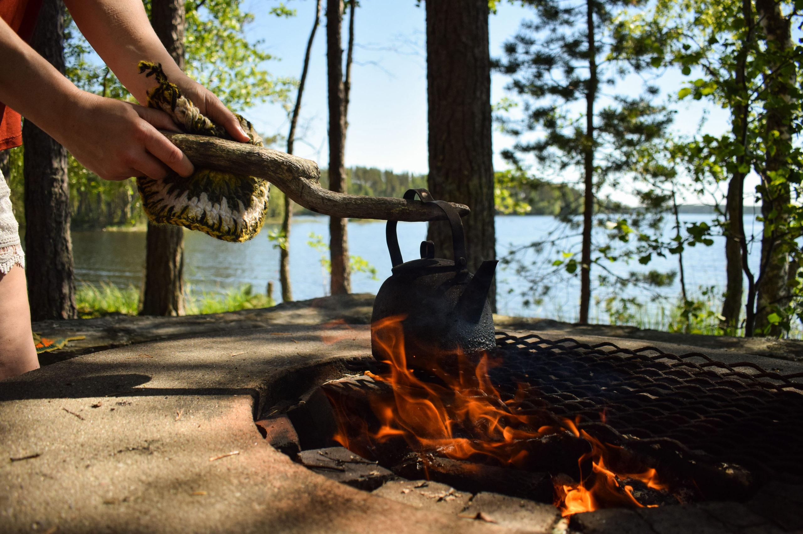 Making coffee by the campfire at Kukkoniemen Lomamökit rental cottages in Punkaharju, Saimaa