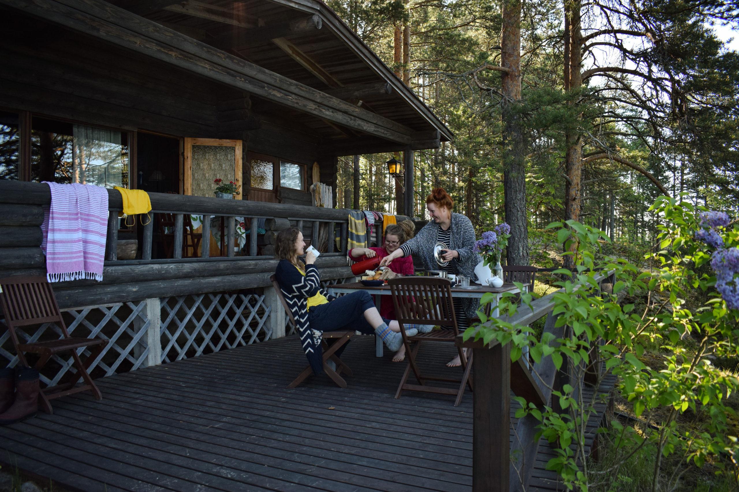saimaaLife women enjoying lakeside breakfast at Kukkoniemen Lomamökit rental cottages in Punkaharju, Saimaa