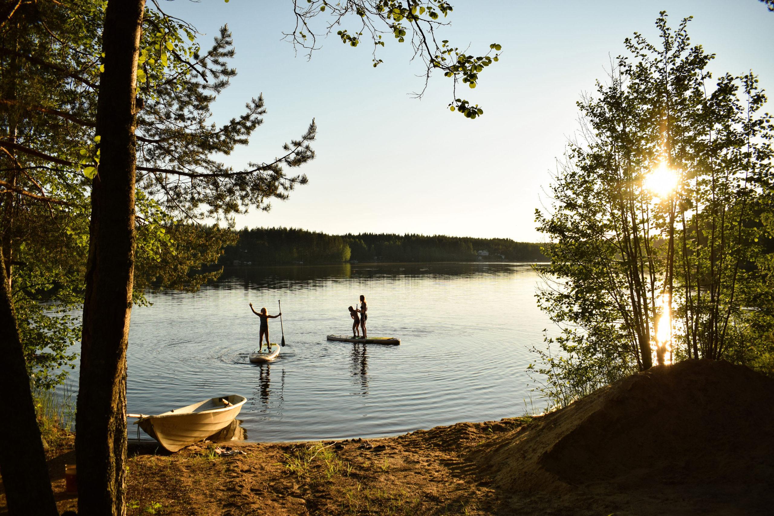 Summer lake activity SUP at Kukkoniemen Lomamökit rental cottages in Punkaharju, Saimaa