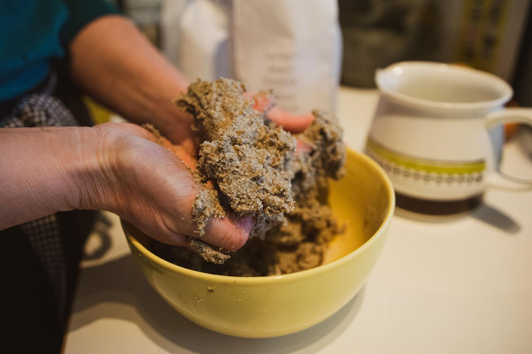 "Baking simple recipe of Finnish rye cracker, ""Näkkäri"""