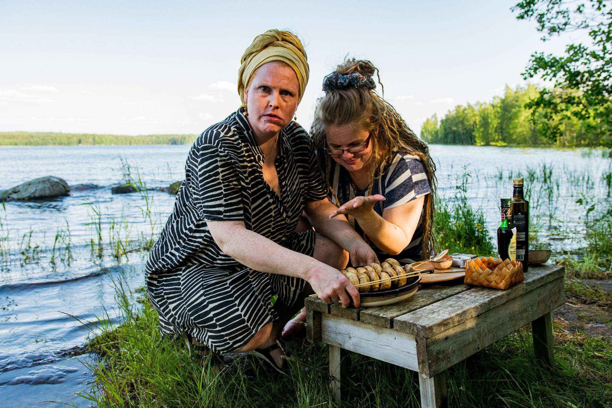 stiina and marianne making saimaalife grilled mushroom skewers